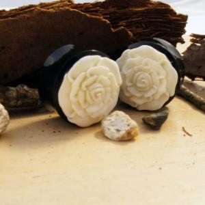 Horn White/Black Rose Plug